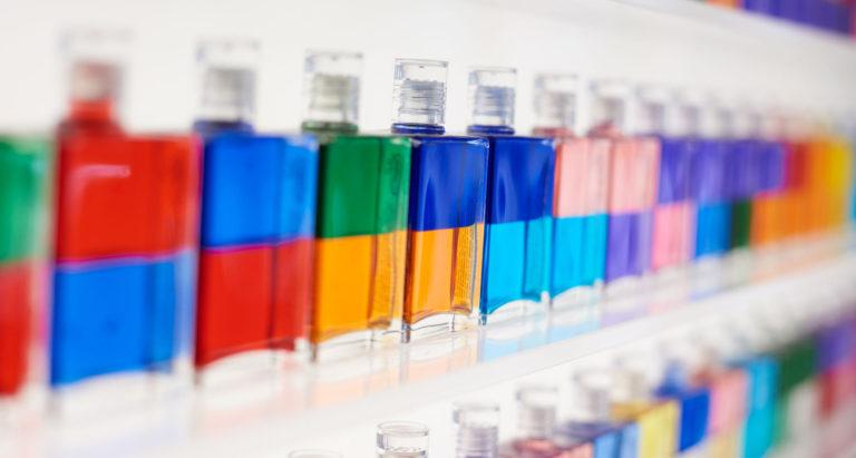 Farbige Aura-Soma Flaschen im Regal