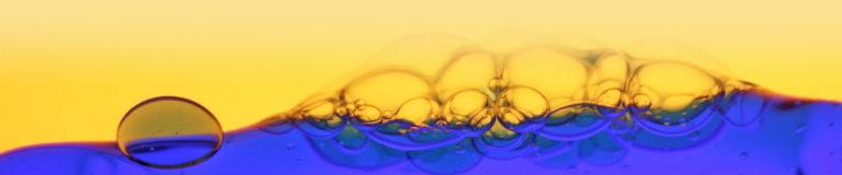 Nahaufnahme einer blauen und gelben Flüssigkeit in einer Aura-Soma Flasche