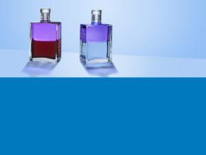 Aura-Soma Flaschen über einer blauen Farbfläche