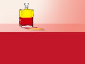 Aura-Soma Flasche über einer roten Farbfläche